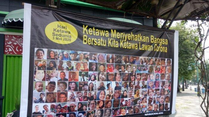 Peringati Hari Tertawa di Tengah Pandemi Corona, Pria Solo Pasang Baliho Foto Ratusan Orang Tertawa