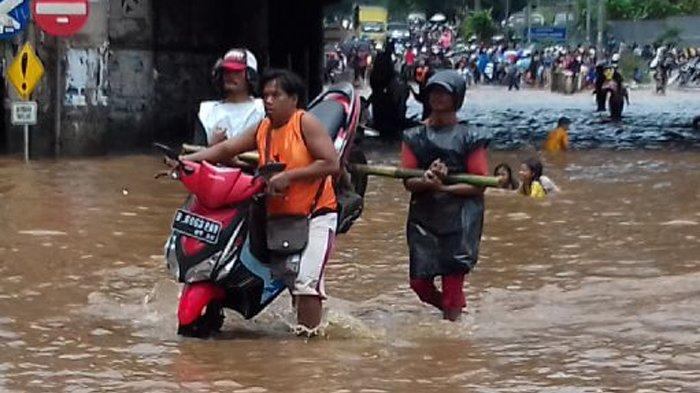 Antisipasi Banjir Saat Musim Penghujan,Pemkot Bekasi Keruk Drainase