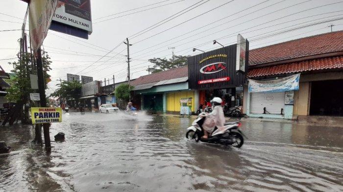 Diguyur Hujan Selama 2 Jam, Jalan Wimboharsono Kartasura Banjir Lagi, Air Sampai Masuk ke Ruko