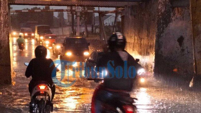 Diguyur Hujan, Viaduk Gilingan Solo Terendam Banjir: Bikin Macet, hingga Ada Motor yang Mogok