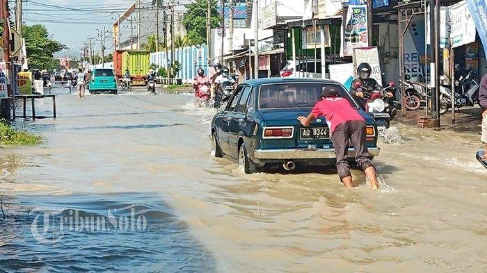 Nekat Terobos Banjir di Sukoharjo, Mobil Pria Ini Mogok, Terpaksa Harus Dorong