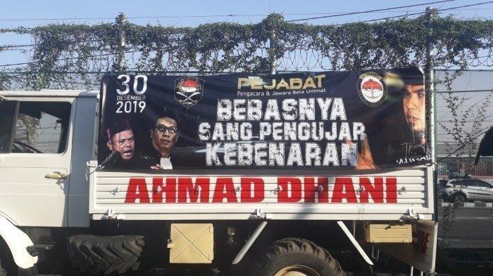 Potret Bebasnya Ahmad Dhani: Disambut Spanduk Besar hingga Senyum dari Mulan Jameela