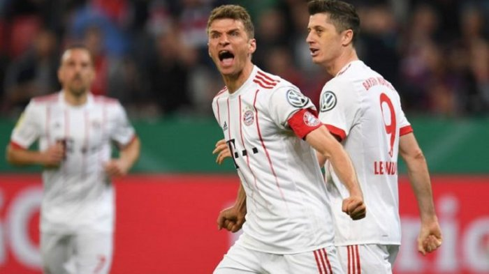 Thomas Mueller dan Robert Lewandowski merayakan gol Bayern Muenchen ke gawang Bayer Leverkusen pada pertandingan semifinal DFB Pokal di BayArena, Selasa (17/4/2018).