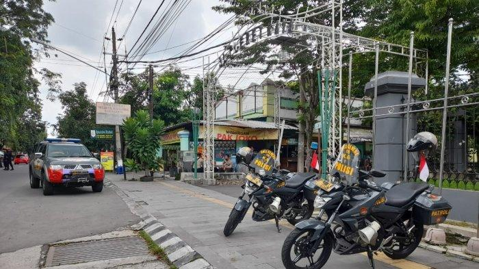 Beberapa Personel Polisi Berjaga di Kediaman Joko Widodo di Kelurahan Sumber, Banjarsari, Solo Minggu (14/2/2021).