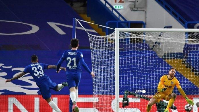 Bek Chelsea Brasil-Italia Emerson Palmieri (kiri) mencetak gol kedua timnya selama pertandingan sepak bola leg kedua babak 16 besar Liga Champions UEFA antara Chelsea dan Atletico Madrid di Stamford Bridge di London pada 17 Maret 2021. Ben STANSALL / AFP