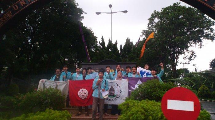 Meski Diguyur Hujan, Mahasiswa UNS Solo Tetap Suarakan Penolakan RUU Omnibus Law ke Wapres
