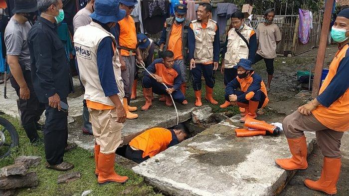 Relawan membersihkan gorong-gorong yang tersumbat, Desa Pasu, Kecamatan Wedi, Kabupaten Klaten, Minggu (7/2/2021)