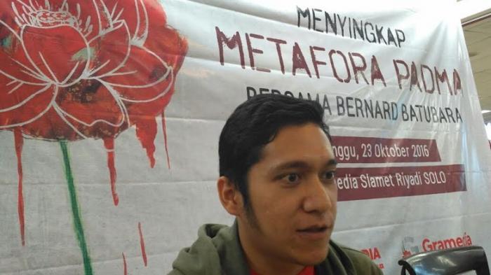 Bernard Batubara Ungkap Latar Belakang Buku Metafora Padma di Toko Gramedia Solo