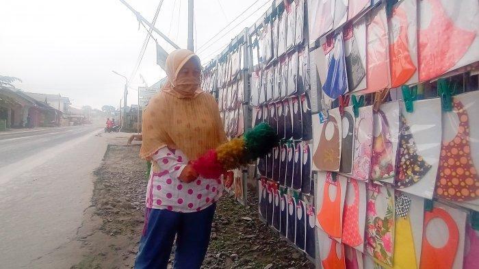 Nestapa Penjual Masker di Cepogo Boyolali, Terdampak Abu Vulkanik, Sudah Berjam-jam Baru Laku 3 Buah