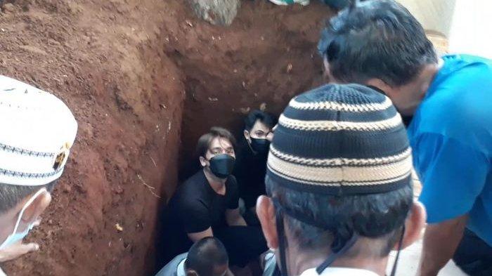 Suasana Haru Pemakaman Sapri Pantun Dihadiri Artis, Billy Syahputra Ikut Turun ke Liang Lahat