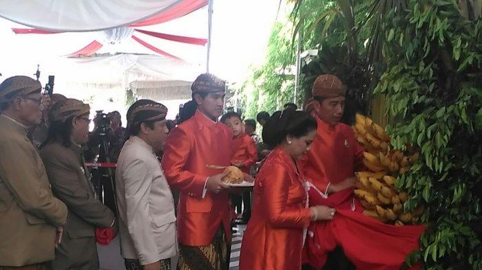 Ditemani Gibran dan Kaesang, Jokowi dan Iriana Pasang Bleketepe Pernikahan Kahiyang Ayu