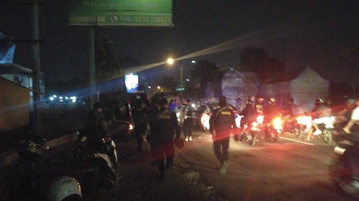 Puluhan Petugas Polresta Solo Kawal Rombongan Bonek Mania Pulang dari Bantul ke Surabaya