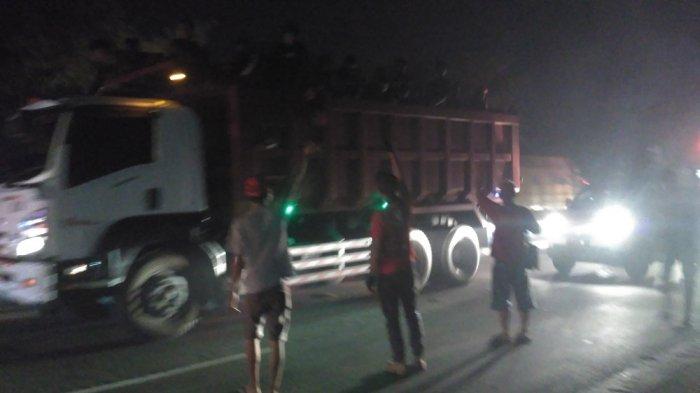 Pasoepati Bantu Polisi Kawal Bonek Mania saat Melintas di Kota Solo