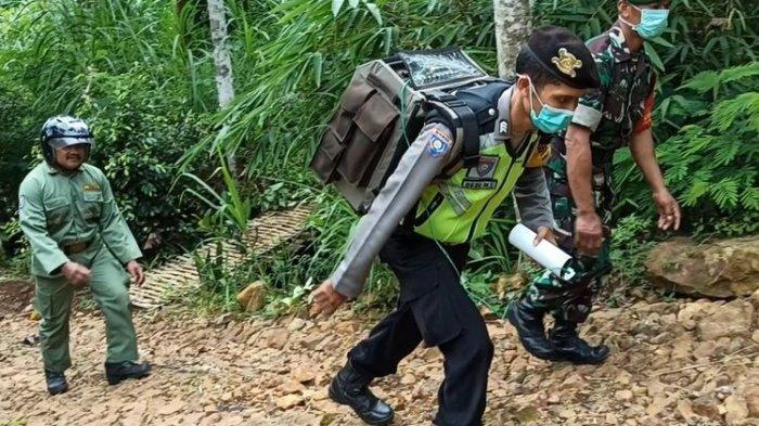 Demi Mengedukasi Masyarakat Soal Corona, Polisi Ini Gendong Pengeras Suara 20 Kg Susuri Perbukitan
