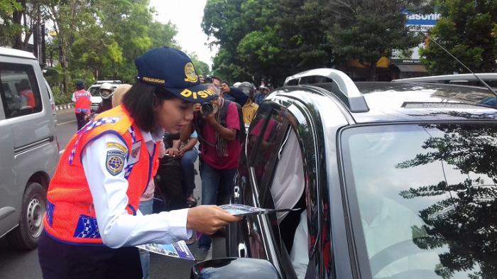Antisipasi Pemudik Tersesat, Dishubkominfo Surakarta Bagikan 10.000 Brosur kepada Pengguna Jalan