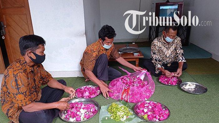 Bunga tabur disiapkan untuk ziarah di Makam Kanjeng Gusti Pangeran Adipati Arya (KGPAA) Mangkunegara IX dan lokasi Astana Girilayu di Desa Girilayu, Kecamatan Matesih, Kabupaten Karanganyar, Selasa (21/9/2021).