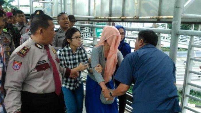 Digagalkan Warga, Seorang Ibu Hamil di Jakarta Hendak Bunuh Diri dari JPO Halte Transjakarta