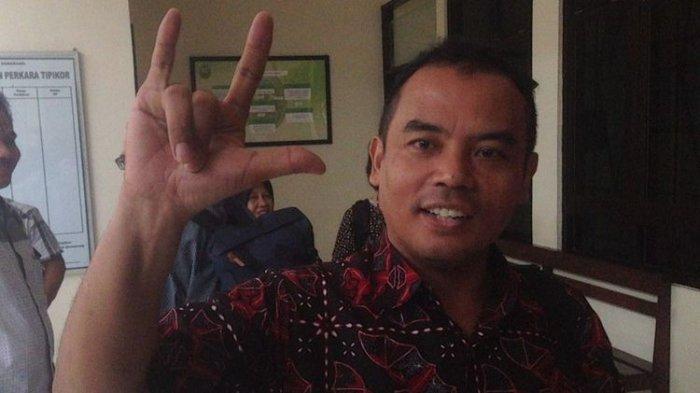 Bupati Purbalingga Non-Aktif Tasdi yang Terjerat Kasus Korupsi Tunjukkan Salam Metal Lagi