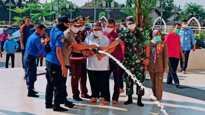 Masjid dan Pasar di Sukoharjo Disemprot Disinfektan, Pedagang Harap Virus Corona segera Lenyap