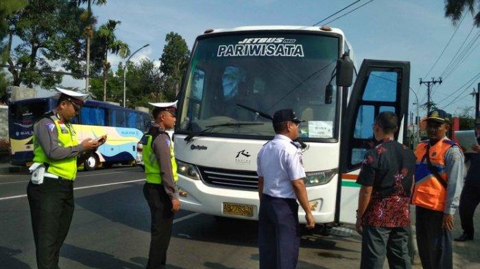 12 Bus Pariwisata Tak Layak Jalan di Kawasan Candi Borobudur Ditilang oleh Petugas Kemenhub