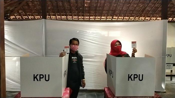 Calon Bupati Klaten, Sri Mulyani Mencoblos di TPS 07, Kenakan Batik Lurik Bersama Sang Suami