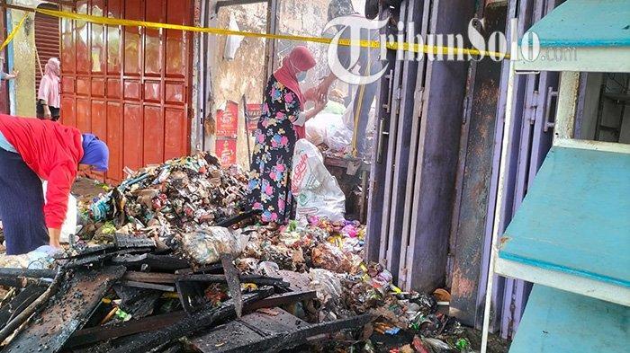 Foto-foto Pasar di Sragen Terbakar : Terpancar Kesedihan Pedagang hingga Mengais Barang yang Tersisa