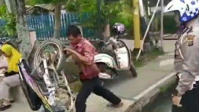 Tak Terima Ditilang Polisi, Pria di Riau Banting Sepeda Motornya, Simak Video Berikut