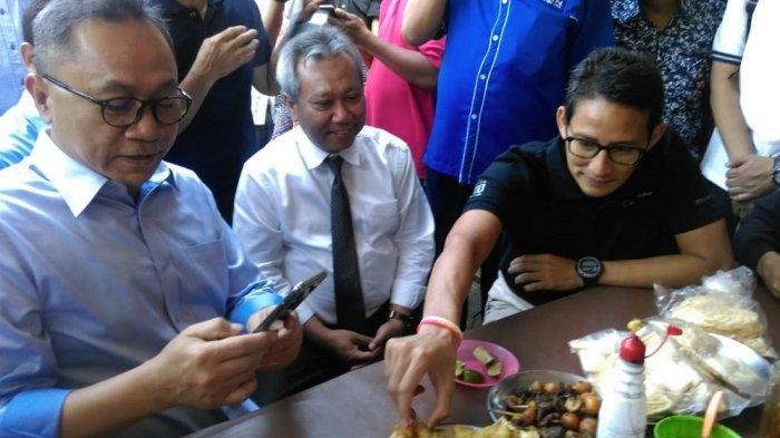 Cawapres Sandiaga Uno Sarapan Soto Ayam di Pasar Kembang Solo