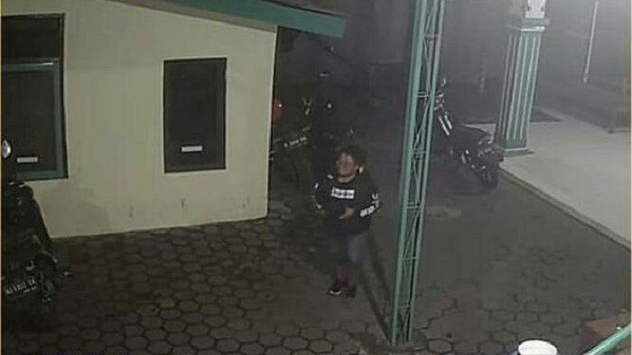 Terekam CCTV Masuk Masjid di Jebres Tengah Malam, Pria Ini Gondol Tas Isi Dompet dan Surat Penting