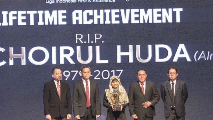 Choirul Huda Dapat Penghargaan Khusus Life Time Achievement Liga 1