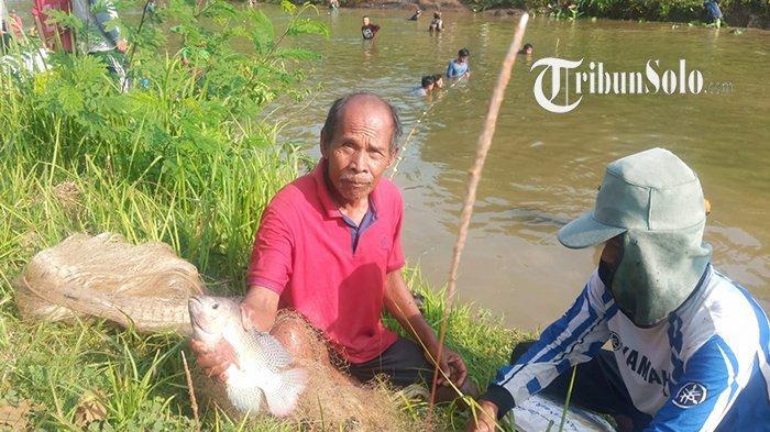 Pemancing di Dam Colo Kecamatan Nguter, Sukoharjo, Senin (11/10/2021).