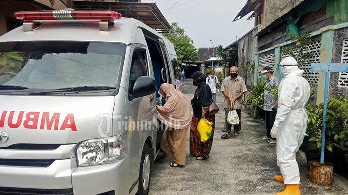 Warga yang terjangkit Covid-19 dijemput petugas dan dibawa ke Asrama Haji Donohudan untuk dikarantina di RT Kelurahan Sumber, Kecamatan Banjarsari, Kota Solo, Rabu (19/5/2021).