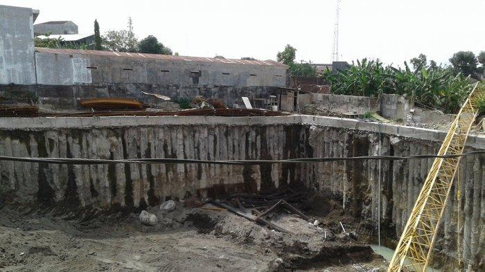 BREAKING NEWS: Crane Proyek Hotel di Gilingan, Solo Jatuh Menimpa Rumah Warga