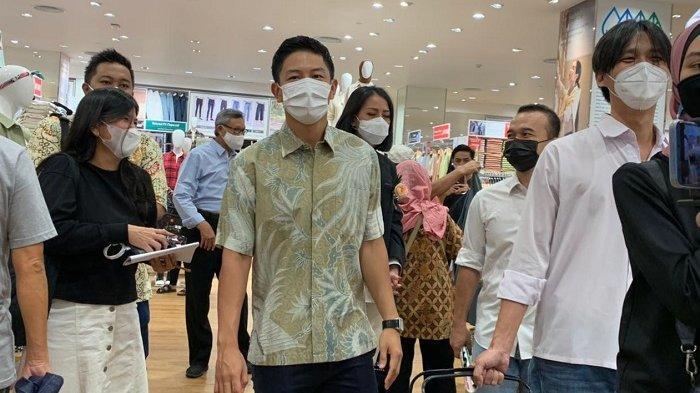 Dalam pembukaan resmi gerai Uniqlo Solo Paragon Mall terlihat pembalap F1 Indonesia, Rio Haryanto.