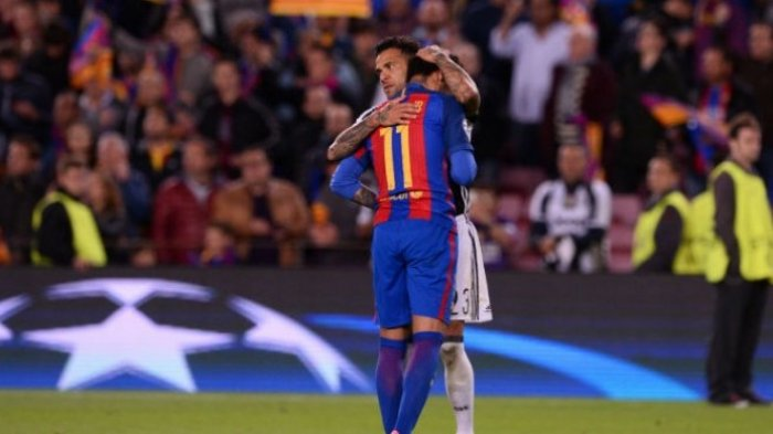 Bek Juventus, Dani Alves, memeluk gelandang FC Barcelona, Neymar, usai laga kedua perempat final Liga Champions di Camp Nou, Rabu (19/4/2017).