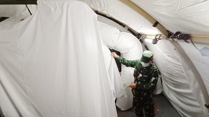 Danrem 074/ Warastratama Surakarta, Kolonel Inf Rano Tilaar mengecek wc portabel tenda Rumkitlap atau RS Darurat Covid-19 di Benteng Vastenburg, Jalan Jenderal Sudirman, Kelurahan Kedung Lumbu, Kecamatan Pasar Kliwon, Kota Solo, Senin (8/2/2021).