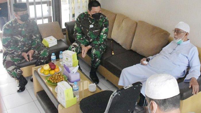 Danrem 074/Warastratama Kunjungi Abu Bakar Ba'asyir, Sempat Bercengkrama & Salurkan Bantuan APD