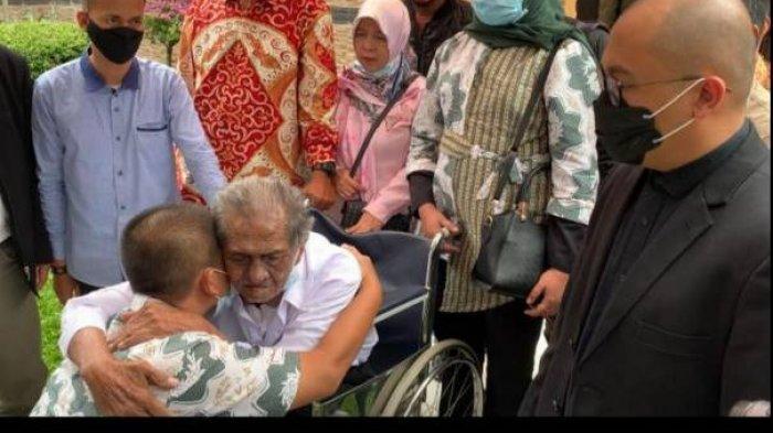 Suasana Haru Kasus Anak Gugat Ayah Rp 3 M Berakhir Damai: Deden Peluk Kakek Koswara Sambil Terisak