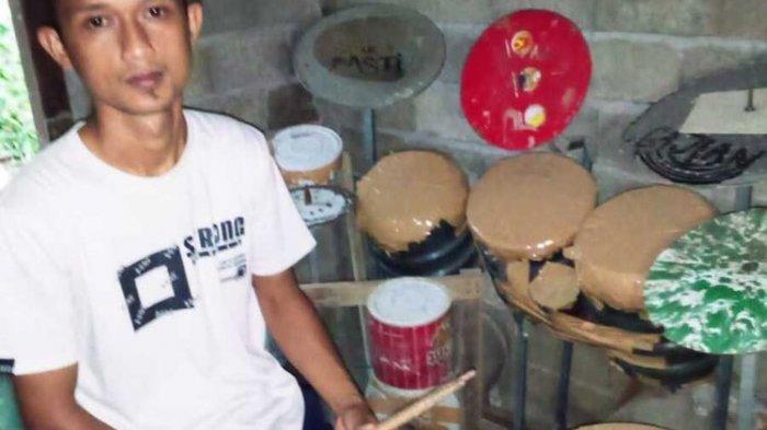 Deden Praman dan alat drum dari barang bekas.