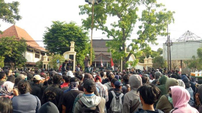 Tidak Gunakan Almamater Kampus, Ratusan Demonstran yang Menolak RUU Mulai Padati Gedung DPRD Solo