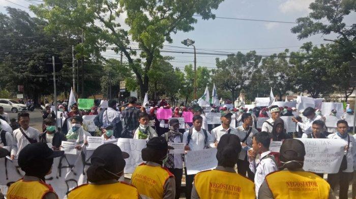 Mahasiswa Mulai Padati Gedung DPRD Solo, Unjuk Rasa Terpantau Damai dan Polwan Buat Pagar Hidup