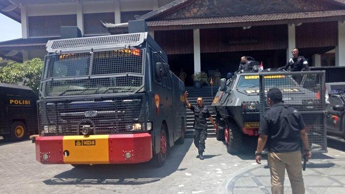 UPDATE Akan Didemo Lagi, Mobil Taktis Pengurai Massa dan Water Canon Disiagakan di Gedung DPRD Solo