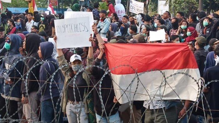10 Tuntutan Demonstran Solo Raya Bergerak yang Gelar Unjuk Rasa di Gedung DPRD Solo Hari Ini