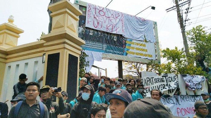 Demo di Solo Ricuh, Polisi Ungkap Temukan Ciu hingga Batu dari 'Kelompok' yang Susupi Mahasiswa