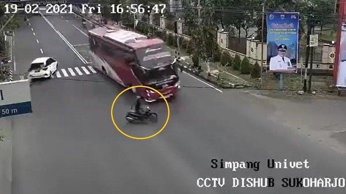 Detik-detik bus Sudiro Tungga Jaya mengalami insiden mengerikan kecelakaan dengan motor dan hantam pagar di Jalan Jenderal Sudirman Sukoharjo viral di media sosial, Jumat (19/2/2021).