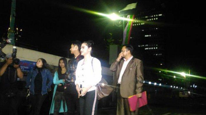 Bersama Angga Wijaya dan Pengacara, Dewi Perssik Datangi Mapolda Metro Jaya