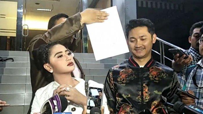 Dewi Perssik dan Angga Bawa Ini Saat Laporkan Petugas TransJakarta ke Mapolda Metro Jaya
