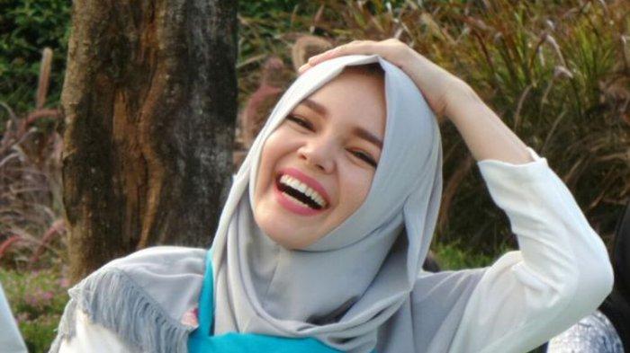 Dewi Sandra :  Insya Allah Salat Tarawih Ingin Full