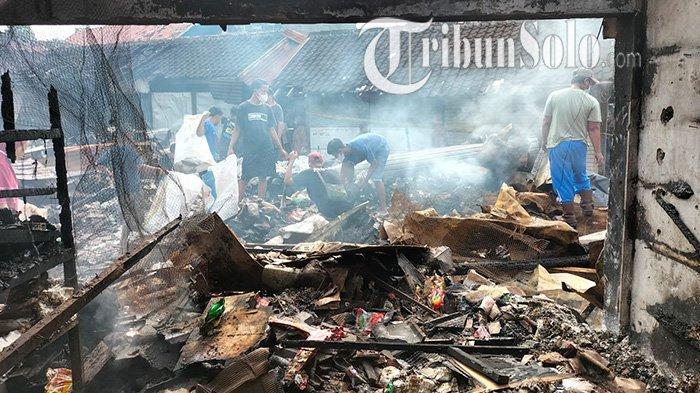 Asap masih membumbung di tengah sisa-sisa kebakaran di Pasar Janglot, Kecamatan Tangen, Kabupaten Sragen ludes terbakar, Minggu (26/9/2021).