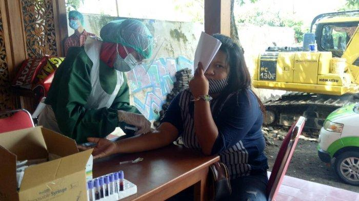 Rapid Test Saksi Gibran : Penjual Semar Mendem Ini Tutupi Wajahnya Pakai Kertas, Takut Disuntik
